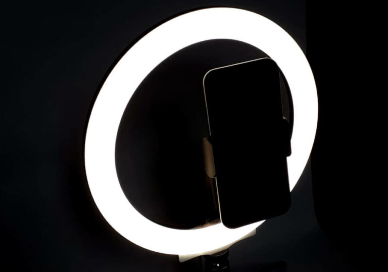 leuchtendes ringlicht mit smartphone