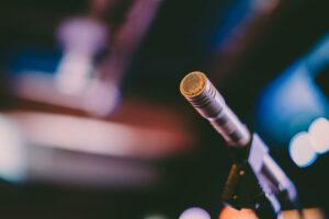 Shotgun-Mikrofon-mit-farbigem-Hintergrund