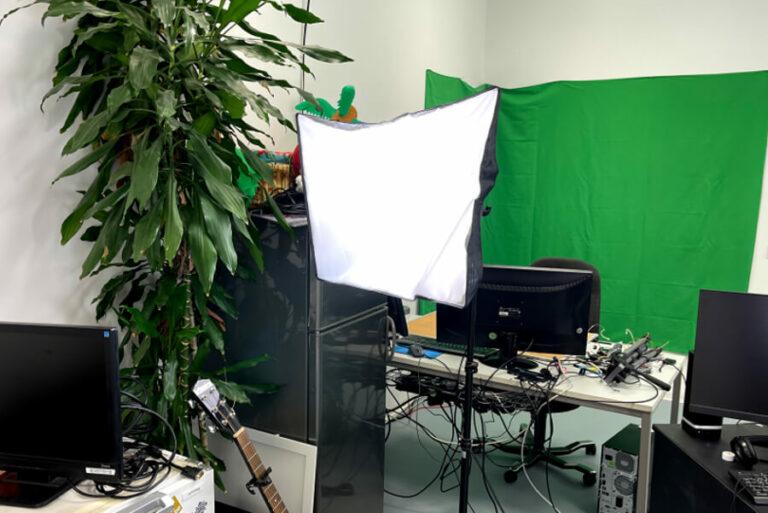 softbox steht in streaming studio mit green screen im hintergrund