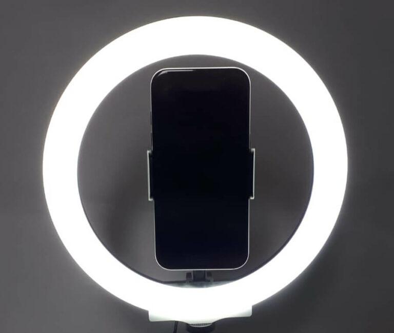 ringlicht mit smartphone in der mitte