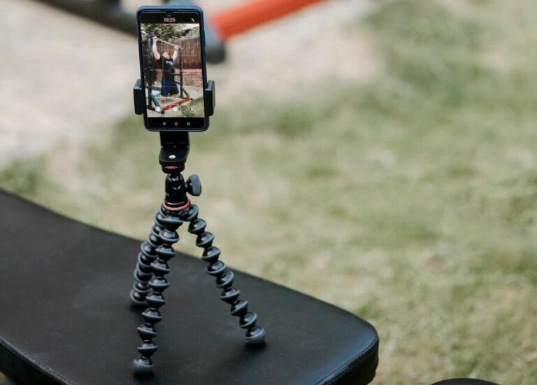 smartphone in dreibein-stativ geklemmt
