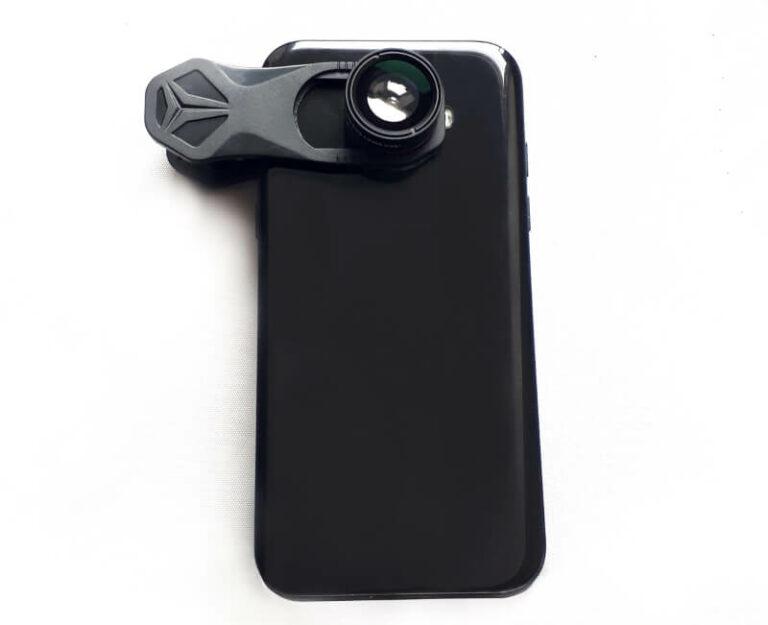 smartphone mit angesteckter handylinse
