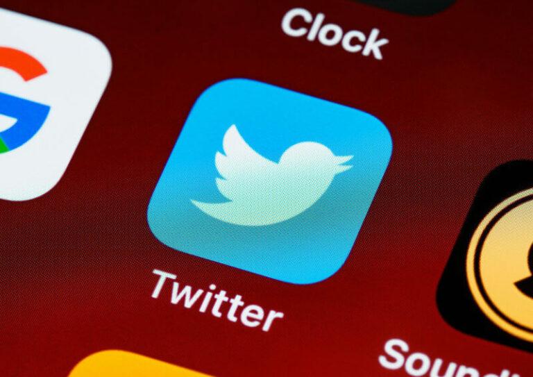 twitter logo auf ios smartphone bildschirm
